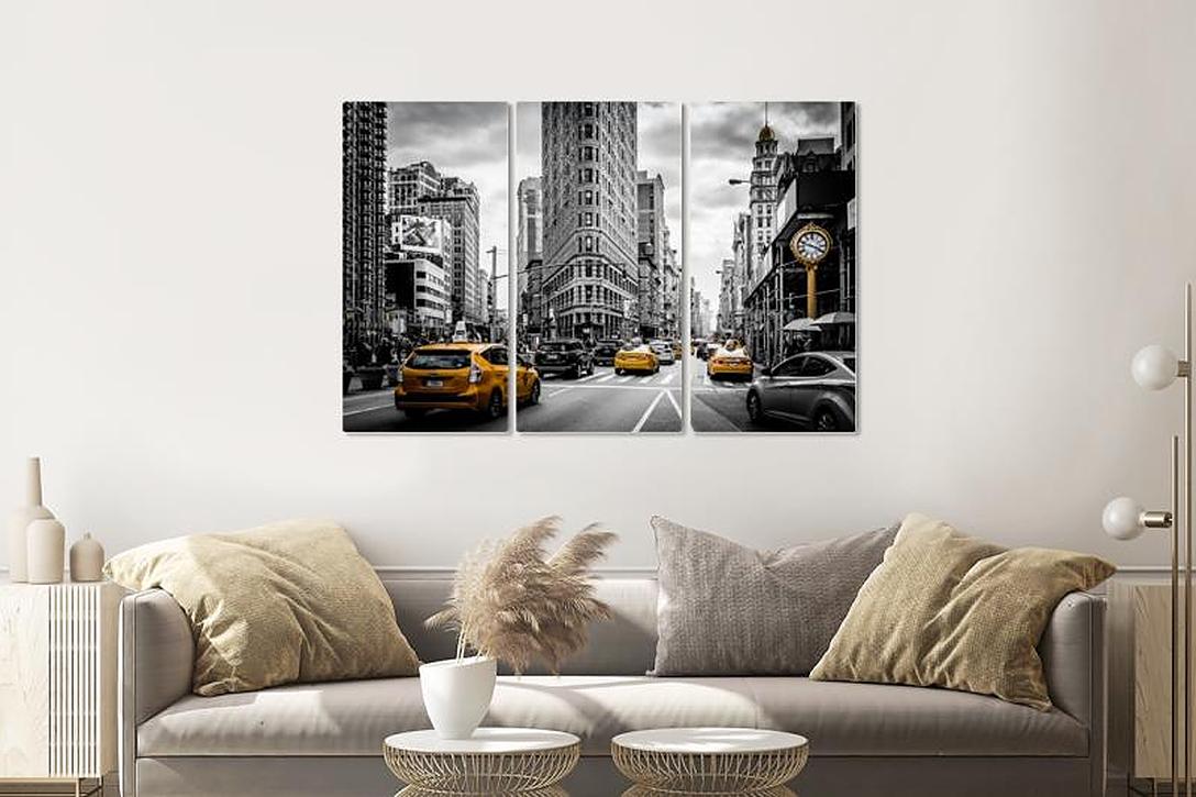 Schilderij - Gele taxi in zwart en wit New York, 120x80cm, 3 luik, zwart wit geel