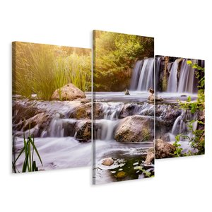 Schilderij - Prachtige waterval bij zonsopkomst, 3 luik, premium print