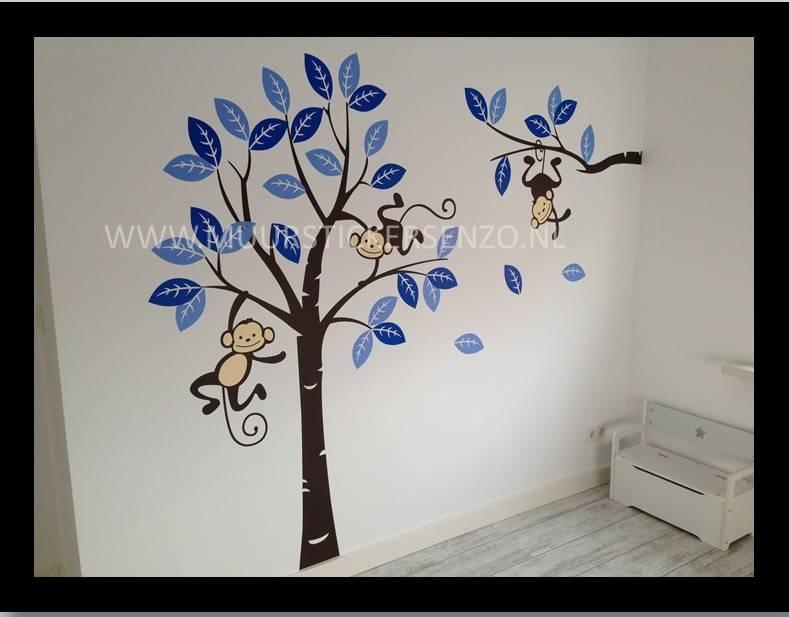 Muursticker boom met 3 slingerende aapjes blauw