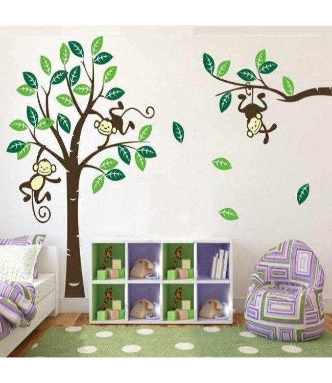 Muursticker boom met 3 slingerende aapjes groen