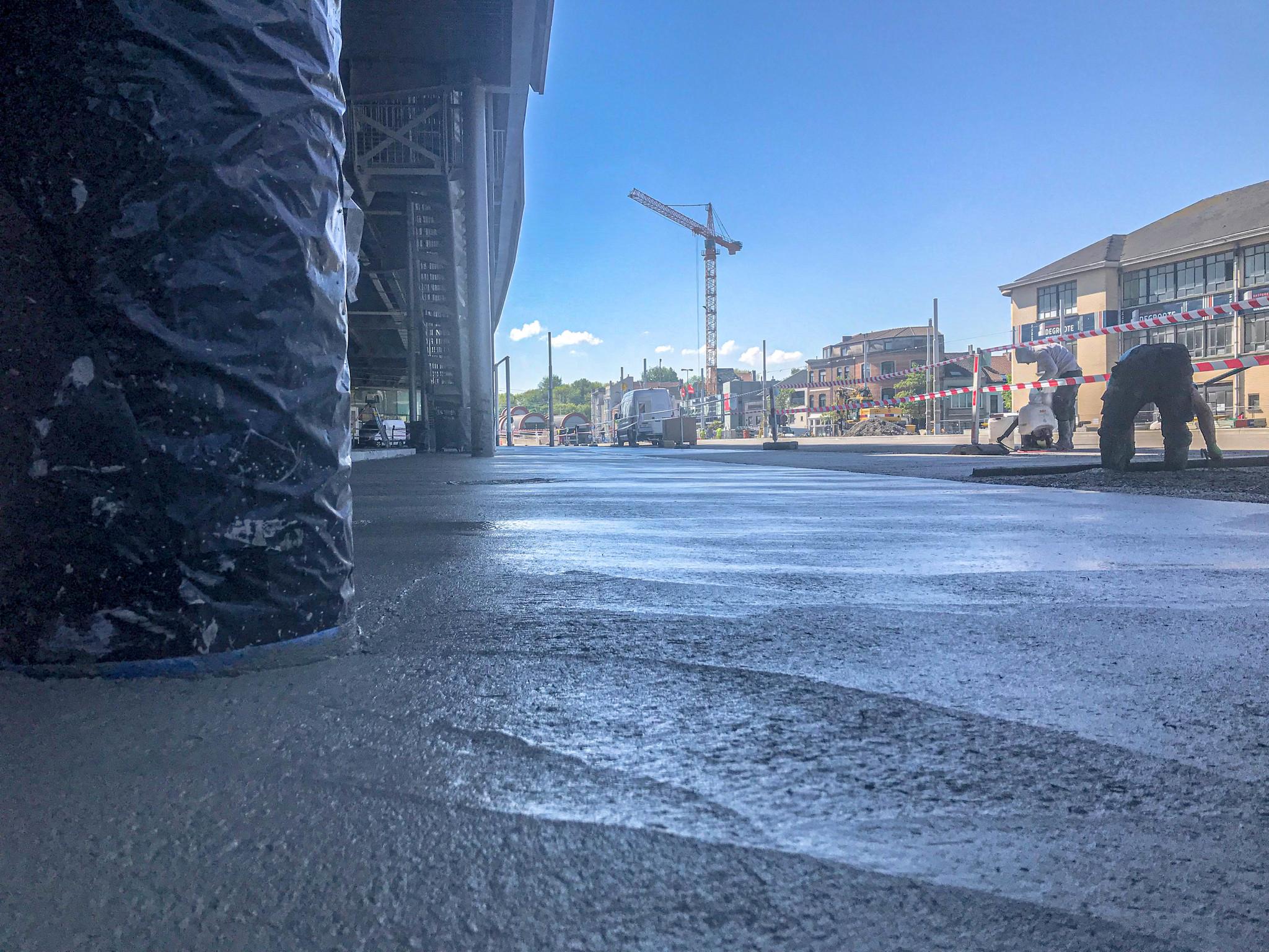 3600m² gepolijste beton met glasvezels aan tramsporen in Oostende