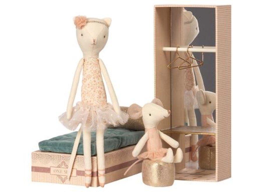 Dancing cat & mouse in shoebox