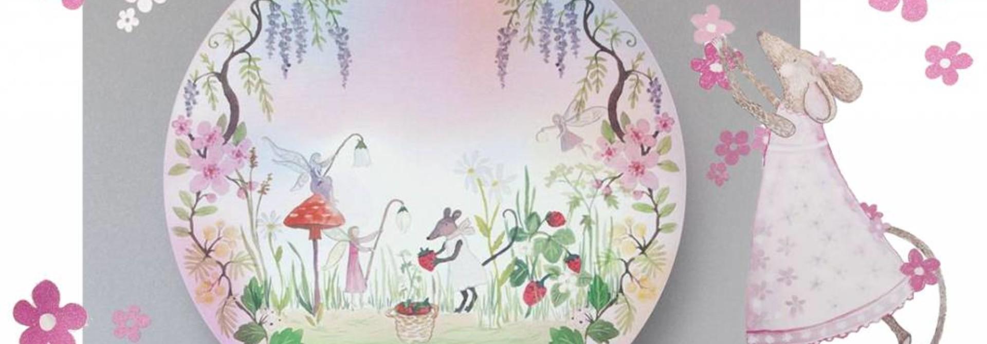 Een wilde aarbeien plukkende kleine muis en haar elfjes vriendinnen