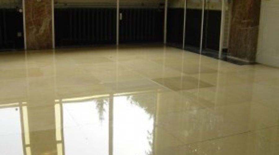 Wie macht man einen Marmorboden glänzend ? Mit einer Marmorpolitur