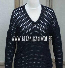 Patroon trui met gaatjes motief