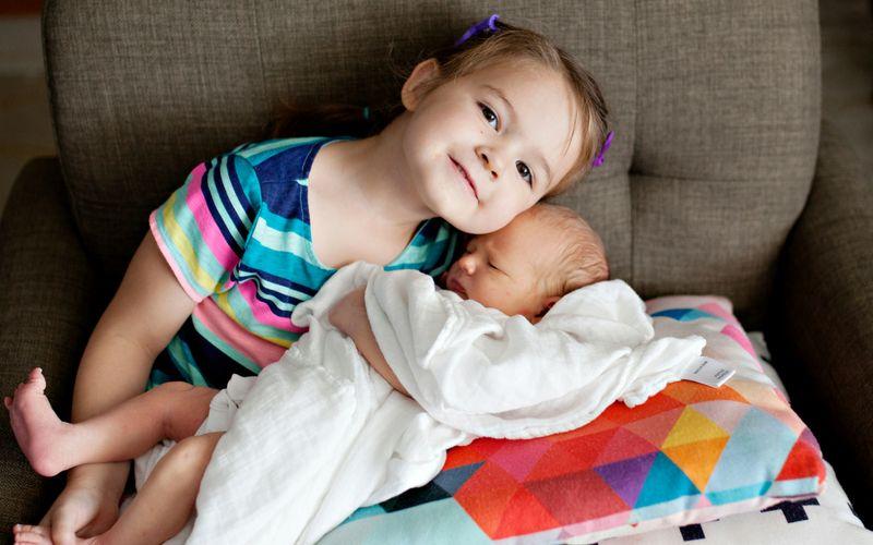 Vijf gezonde geboortetraktaties voor de trotse grote zus of broer