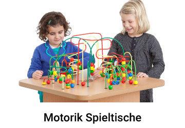 Kinder spielen bei einem Motorik-Spieltisch