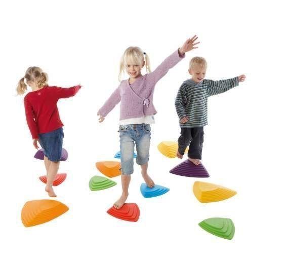 kinder spielen mit flusssteinen