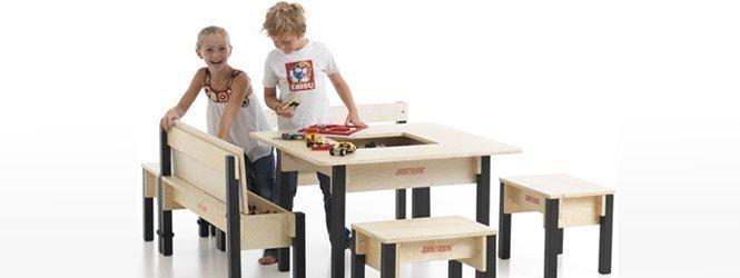 Kinder mit Holzspieltisch