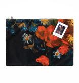 Kussenhoes velvet - Stilleven met akkerbloemen en rozen