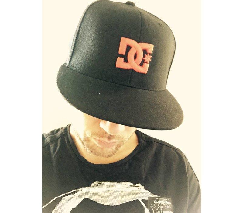 SNAPBACK CAP DC ZWART/ROOD