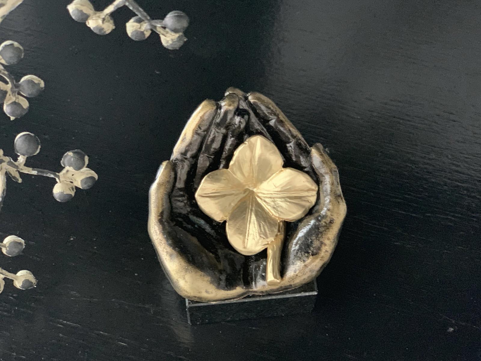 Mini urn asbeeldje klaver in hand - brons