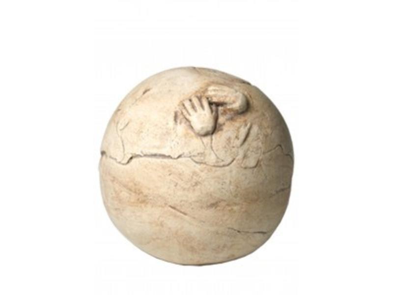 Kinder urn handjes op bol naturel - keramiek