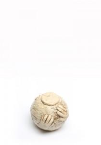 Kinder urn handjes op bol naturel mini - keramiek