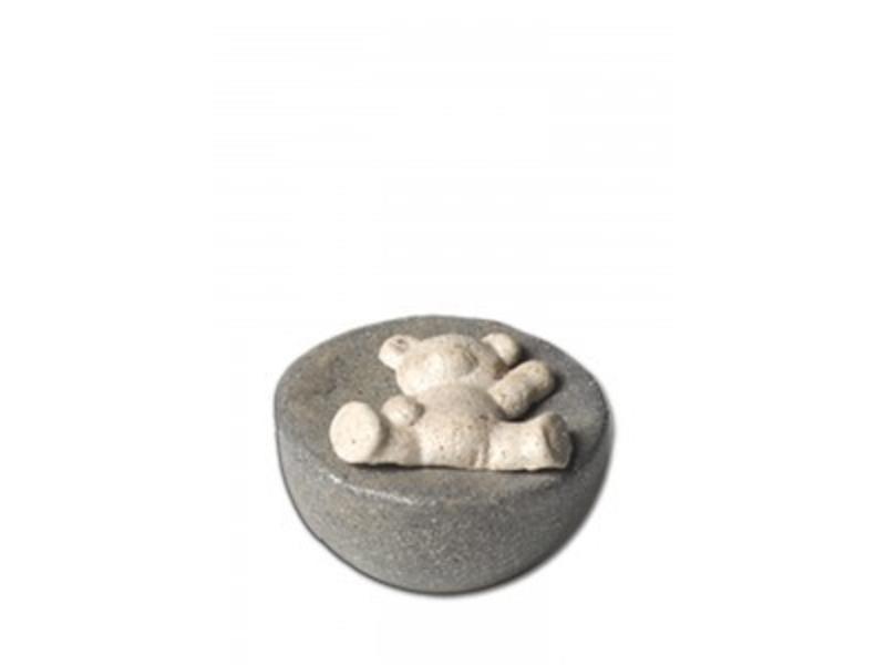 Kinder urn liggende beer op grijze bol - keramiek