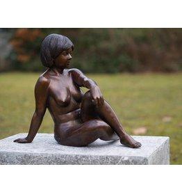 Eliassen Bronzen zittende naakte vrouw