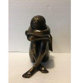 Bronzen verdrietig meisje