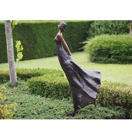 Bronze Frau mit den Händen auf dem Rücken