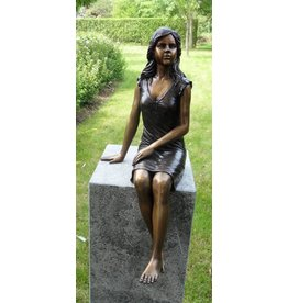 Eliassen Bronze image sitting girl