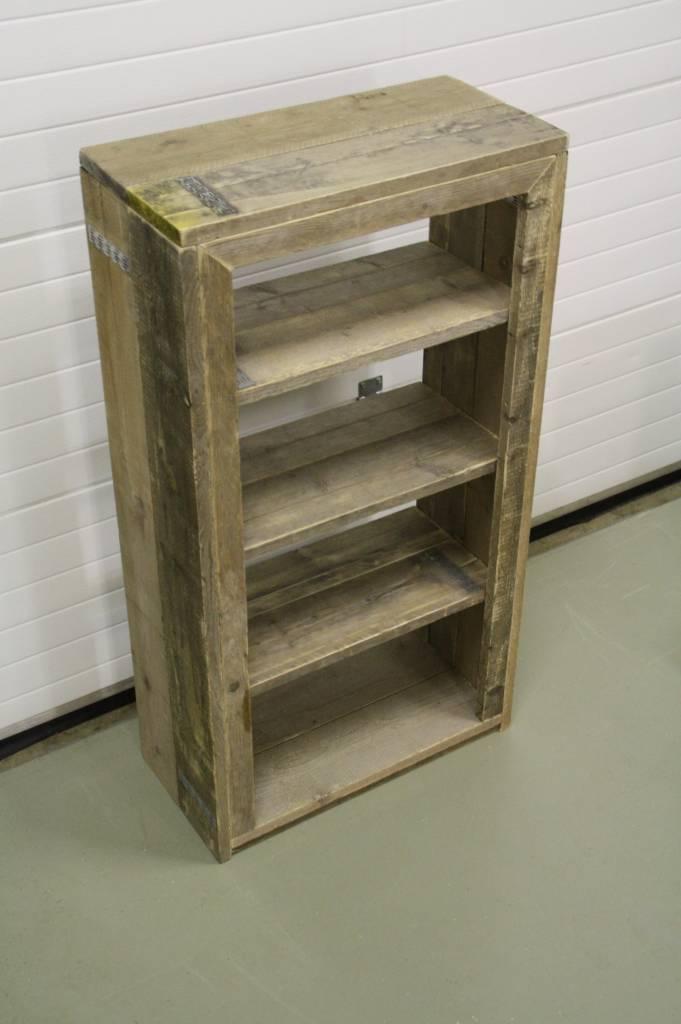 Boekenkast van oud steigerhout