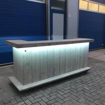 Gerben Bar aus Holz mit einem farbenfrohen und wasserdichten LED-Beleuchtungspaket