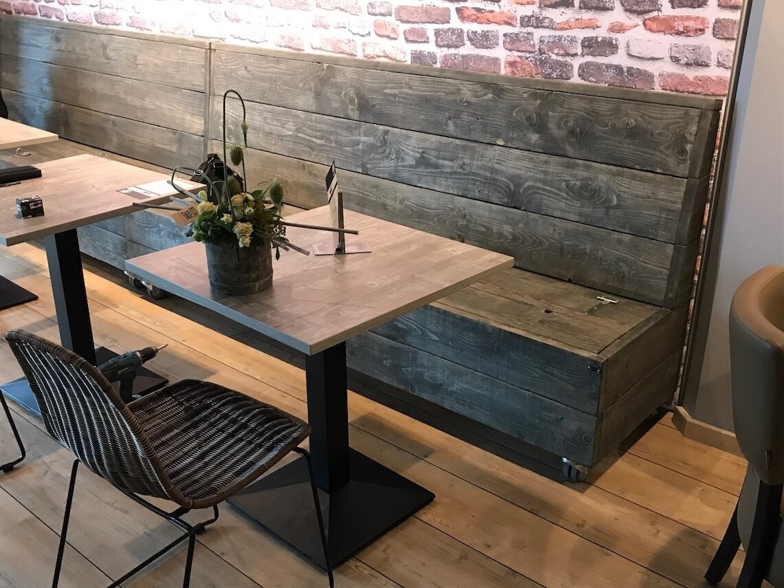 Cafe interieur van steigerhout