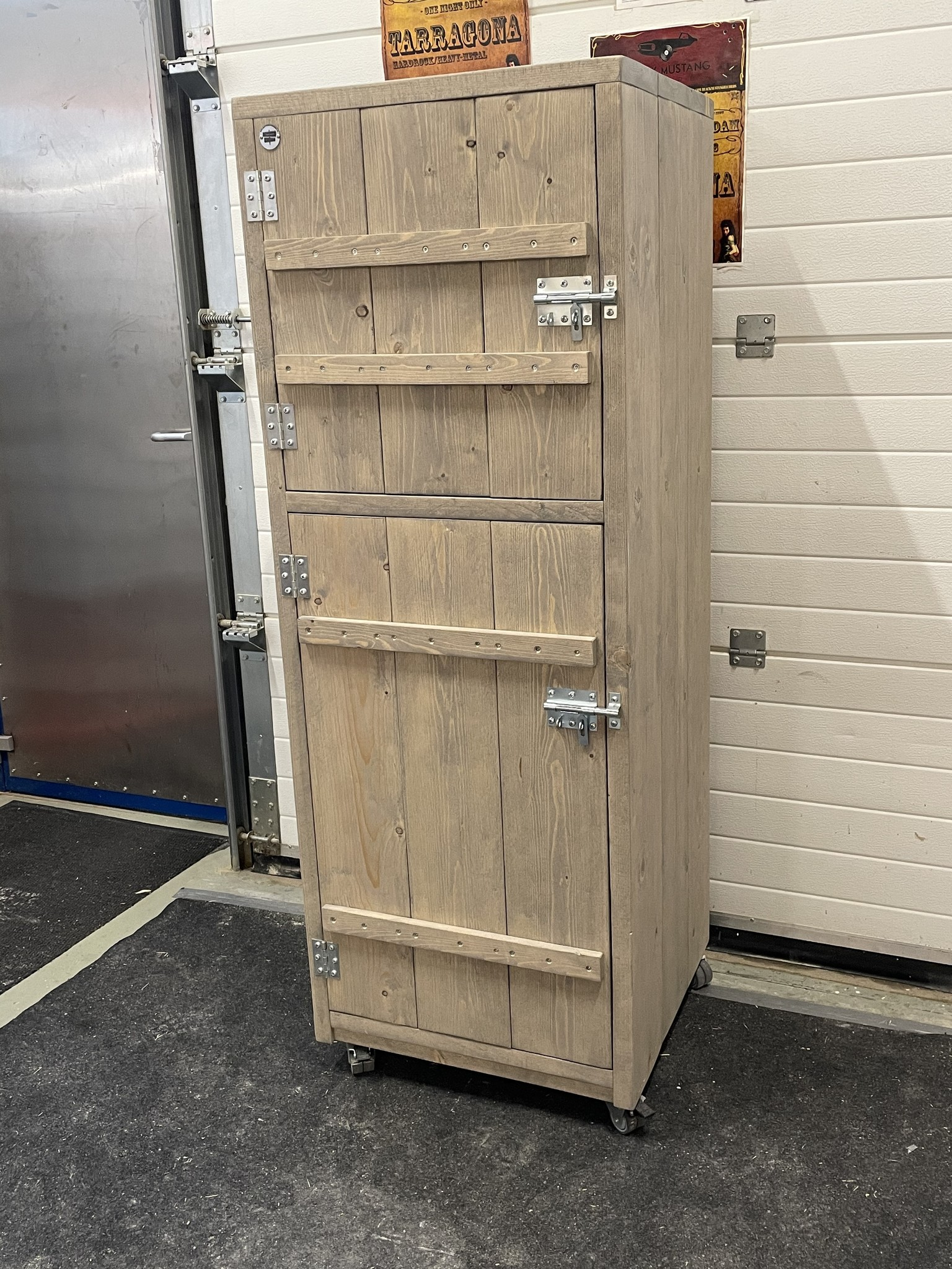 Luc van Vlaanderen verrijdbare kast met deurtjes