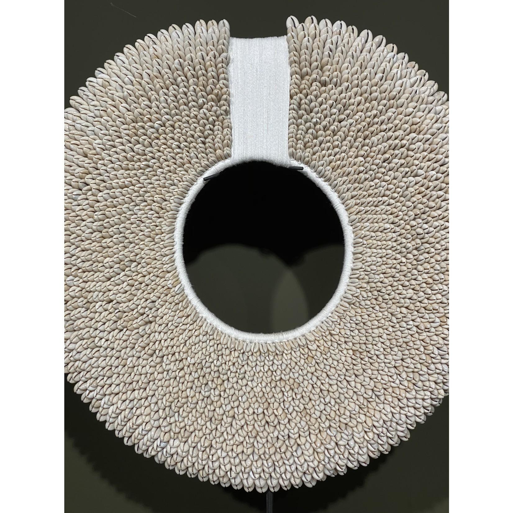 Papuaketting wit met touw   Dia. 47 cm
