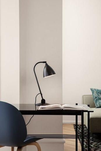 Gubi Lampe de table BL2 - Ø16   Base en laiton noir et abat-jour en laiton noir