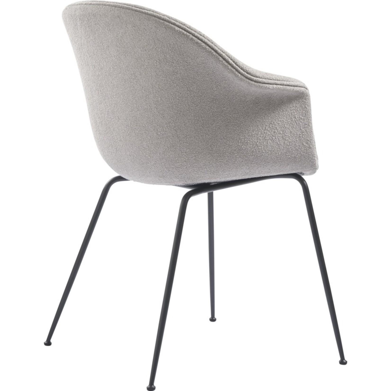 Gubi Chaise de salle à manger de chauve-souris | Light Boucle 008 & Base Noir Mat