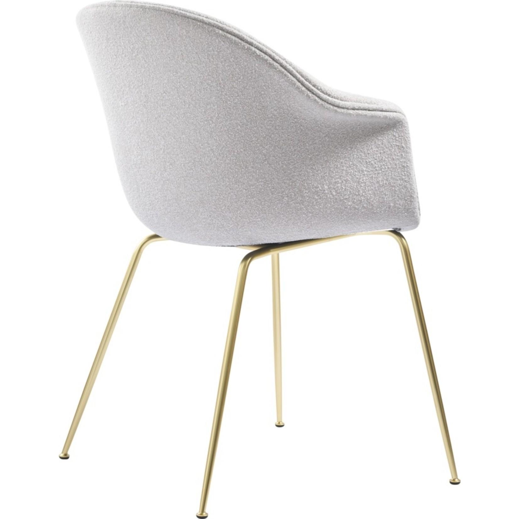 Gubi Chaise de salle à manger de chauve-souris | Light Bouclé 001 & Base Laiton Semi Mat