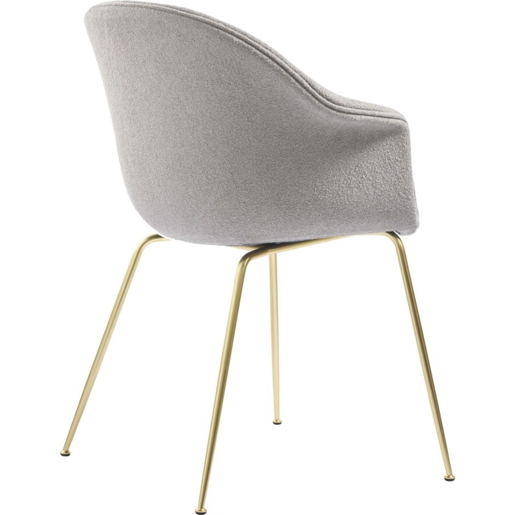 Gubi Chaise de salle à manger de chauve-souris   Light Bouclé 008 & Base Laiton Semi Mat