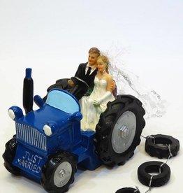 Bruidspaar in een leuke blauwe tractor