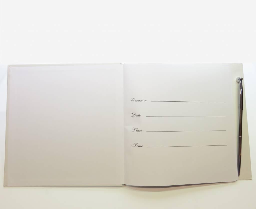 Huwelijk gastenboek met zilveren pen in een doos