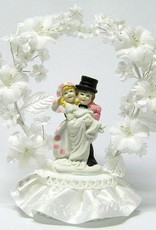 Bruidspaar taart topper, versierd met een bloemen boog en kant