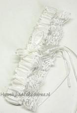 Kousenband wit met strikje en een witte roosje