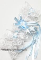 Mooie witte kousenband met pareltjes en een blauwe strikje