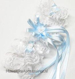 Kousenband wit met blauwe strikje