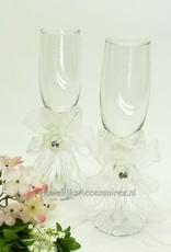 Bruiloft champagneglazen met witte rozen