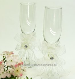 Champagneglazen met witte rozen