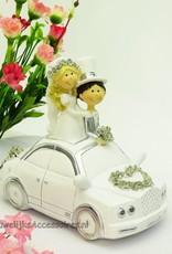 Bruidspaar in een wit en zilver auto taart topper
