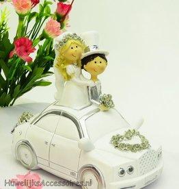 Bruidspaar in een wit en zilver auto
