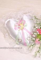 Disney Disney Tinkerbell op een  mooie witte trouwring kussen met witte kant