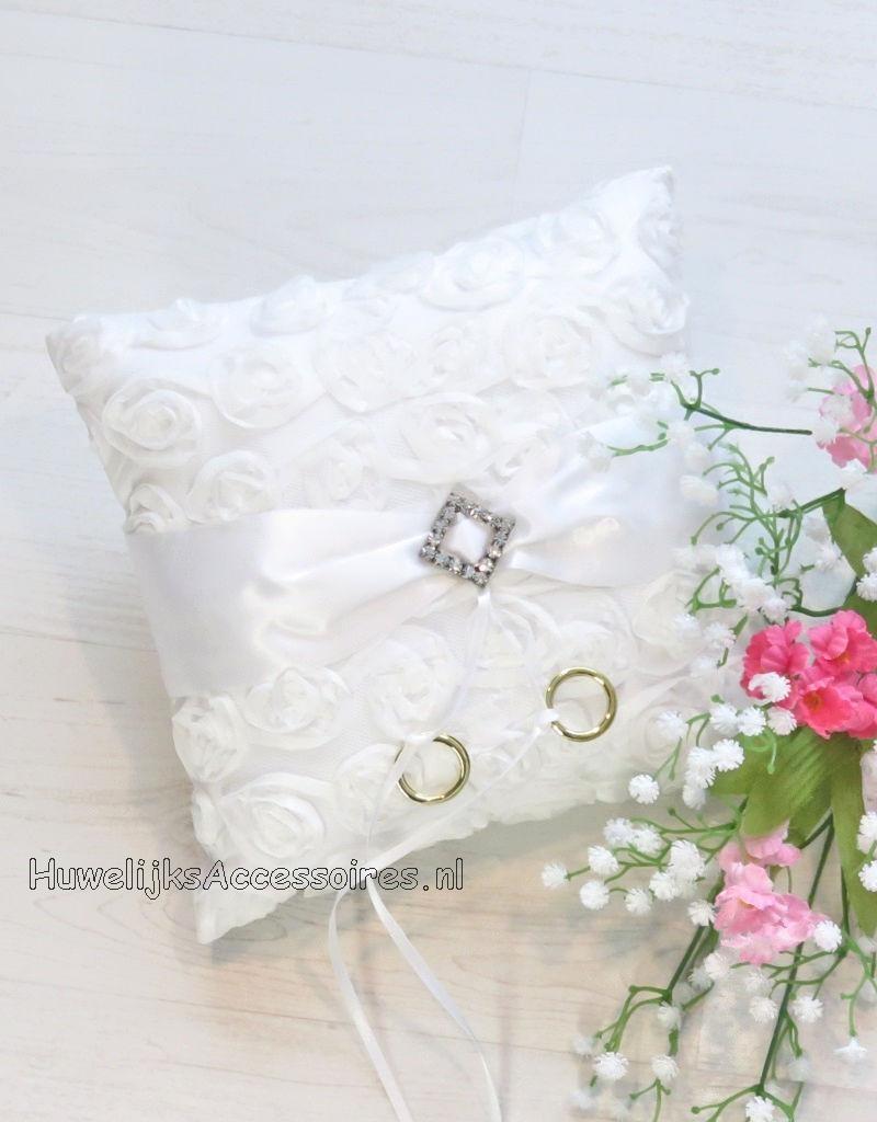 Trouwring kussen gebroken wit versierd met een gesp en lintjes