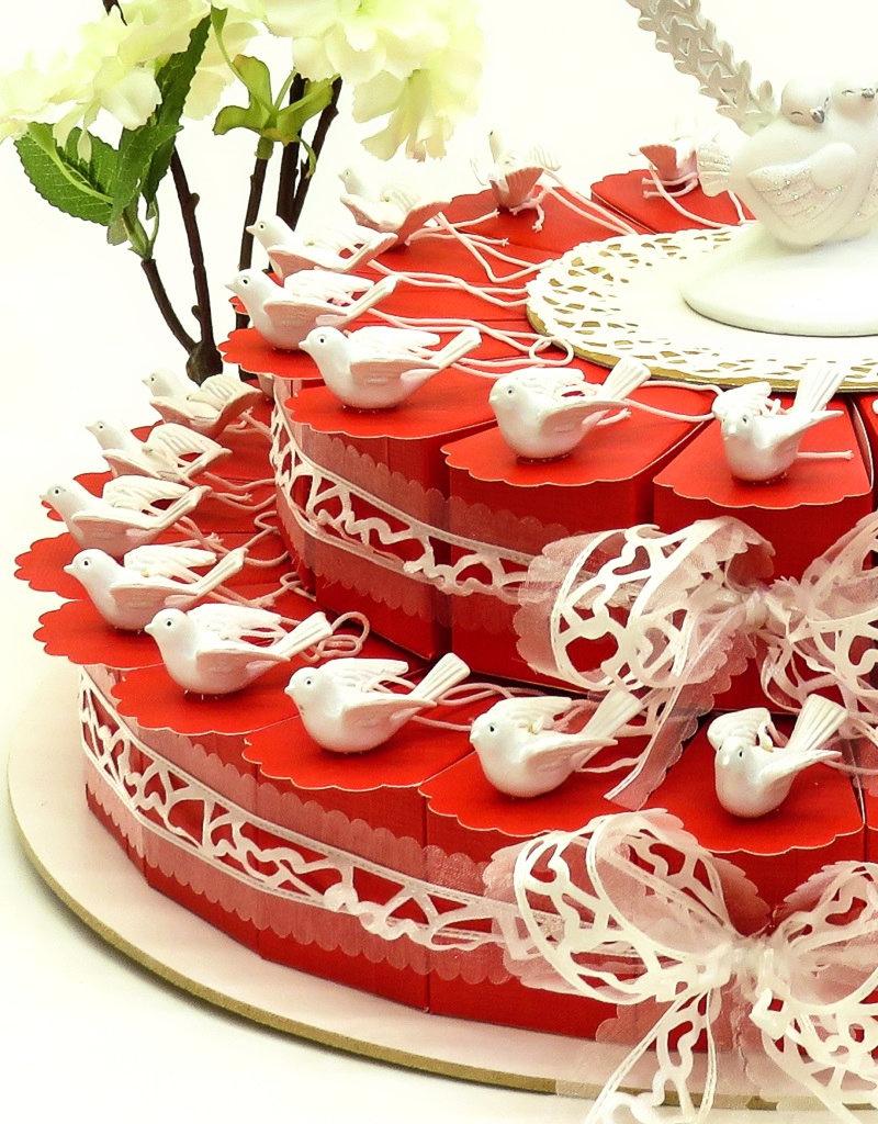 Bruiloft bedankjes taart versierd met geluksduifjes