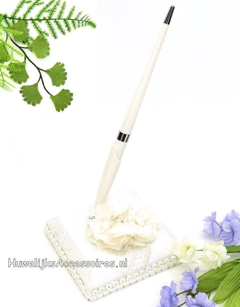 Gasten pen met houder, en een grote ivoor stof bloem