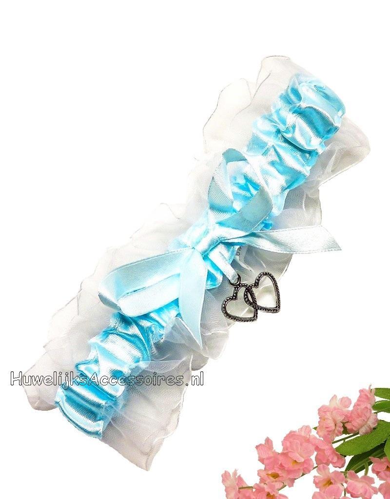 Kousenband wit en blauw met 2 zilveren hartjes