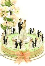 Bruiloft bedankjes taart versierd met leuke bruidsparen