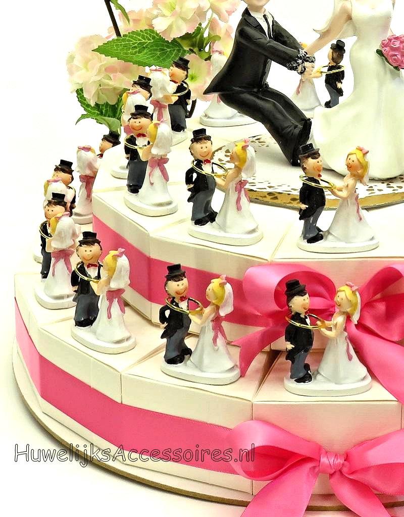Bruiloft bedankjes taart versierd met bruidsparen en ringen