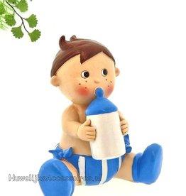 Schattige baby jongetje met een babyflesje